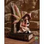 Bougeoir figurine fée assise sur le livre Fairy World