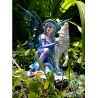 «Mélissandre», figurine de fée bleue avec un loup