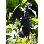 Figurine de dragon perché sur des cristaux