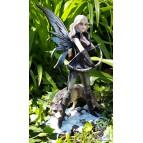 Figurine d'une fée guerrière avec son loup