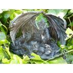 Figurine d'une mère dragon veillant sur son nid