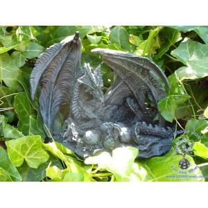 Figurine d'un dragon allongé dans son nid