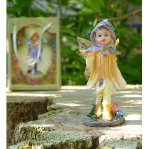 Fée miniature jaune et son papillon