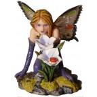 Figurine de fée violette accroupie avec une coccinelle
