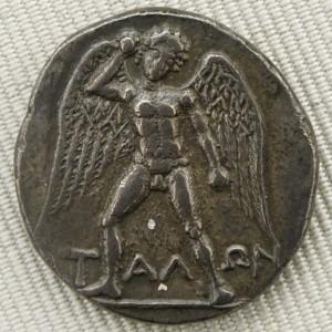 Le géant Talos armé d'une pierre. Didrachme en argent de Phaïstos, en Crète (V. 300/280-270 av. J.-C.), Cabinet des médailles de la Bibliothèque nationale de France. (photo by Jastrow, 2006)