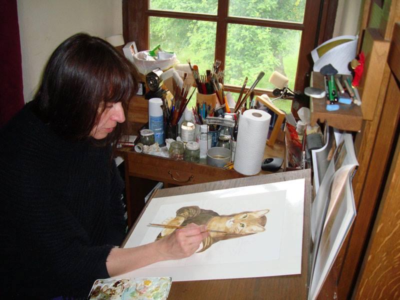 Séverine Pineaux à sa table de travail dessine la couverture de Des Sourires et des Chats