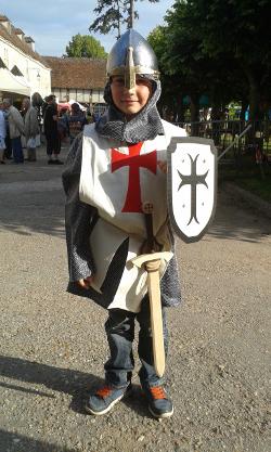 Un petit chevalier protège le festival Les Lithaniennes