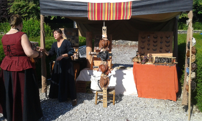 Un artisan de cuir aux festival des lithaniennes