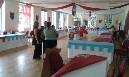 Les bénévoles du Festival préparent l'arrivée des éditeurs, auteurs et illustrateurs venus pour le salon du livre