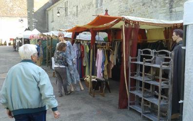 Une échoppe de vêtements aux médiévales 2015