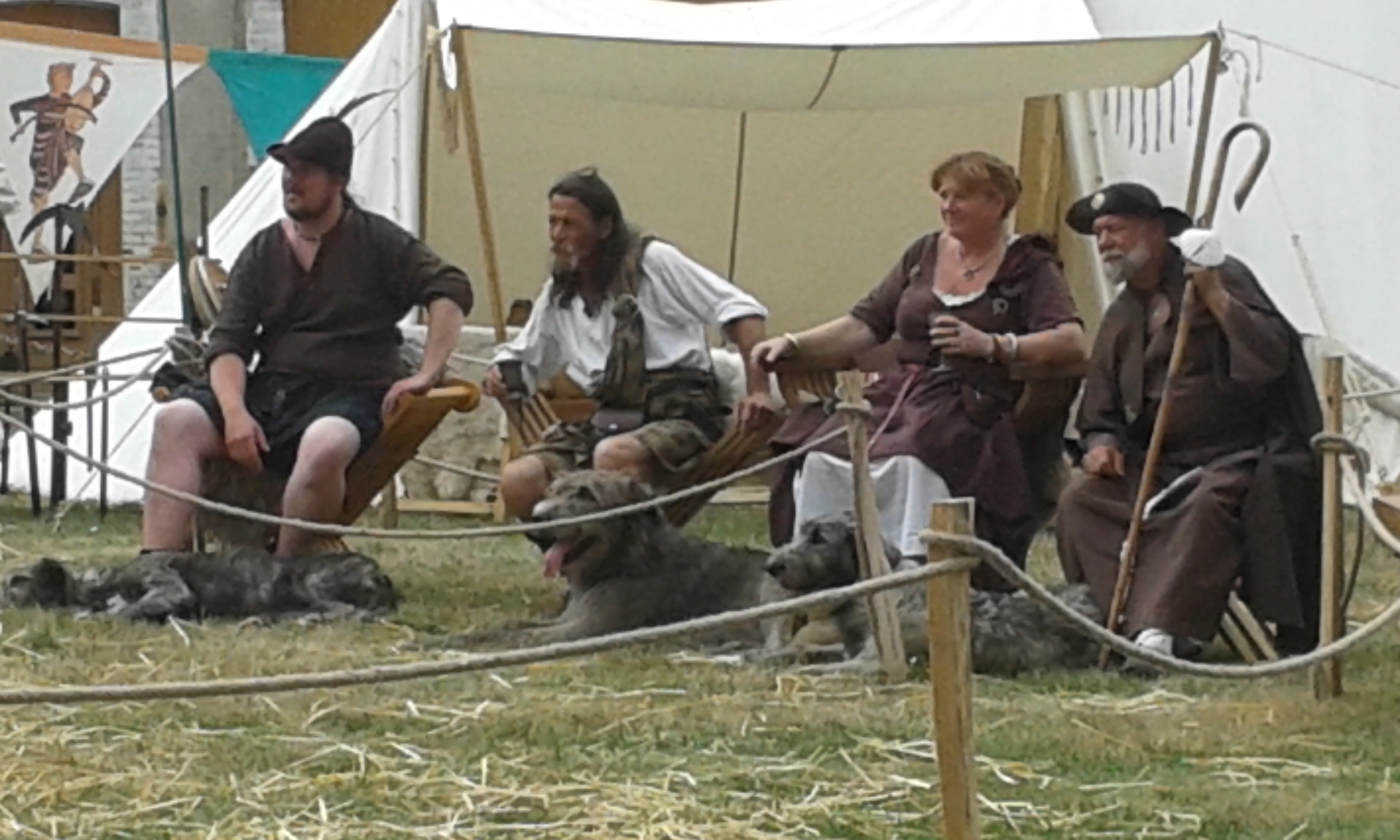 Durant le combat médiéval les nobles assistent aux festivités