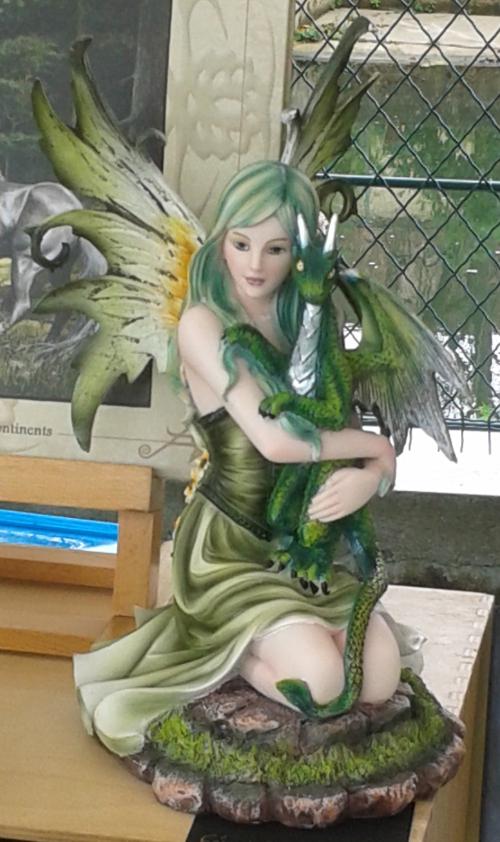 Figurine de la fée au dragon vert