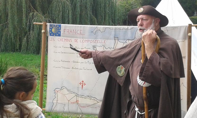 Père Ulysse raconte aux visiteurs ses pelerinages vers Saint Jacques de Compostelle
